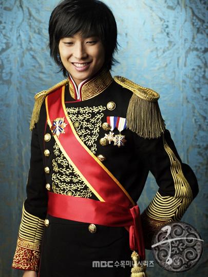 OPPA会玩:演员朱智勋这画风,各种拍照的POSE还真的让人摸不着头!这哥应该是来搞笑的!