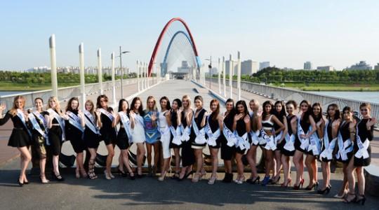 지난해 5월1일 슈퍼탤런트오브더월드에 참가하는 세계각국 참가자들이 대전 엑스포다리를 방문해 기념사진을 찍고 있다./사진=뉴스1
