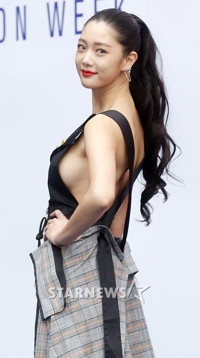 28일 2017 F/W 헤라서울패션위크-RUBINA 컬렉션에 참석한 배우 클라라 /사진=김휘선 기자