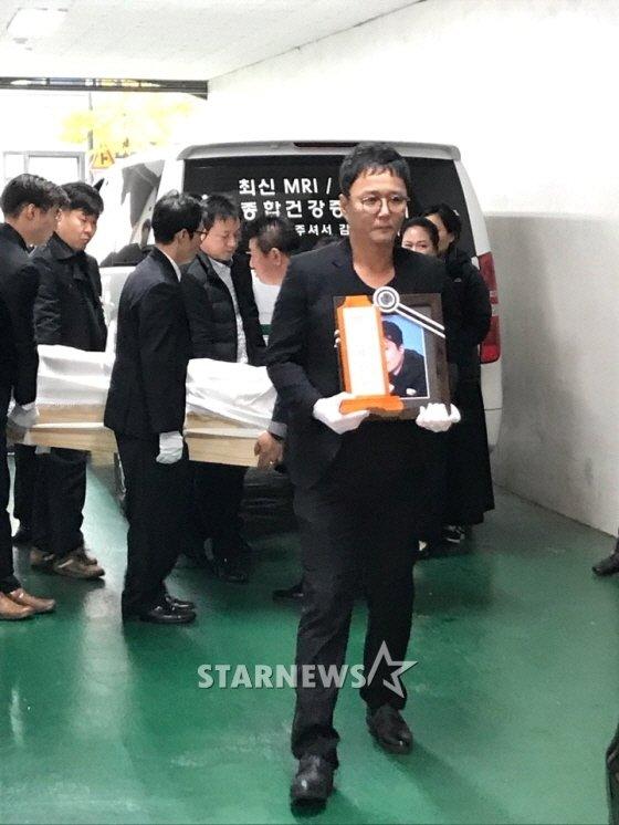 고 도민호의 영정사진을 들고 있는 육각수 멤버 조성환의 모습 /사진=이정호 기자