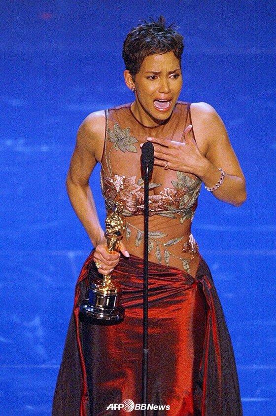 2002년 아카데미 시상식에서 여우주연상을 수상한 할리 베리 /AFPBBNews=뉴스1