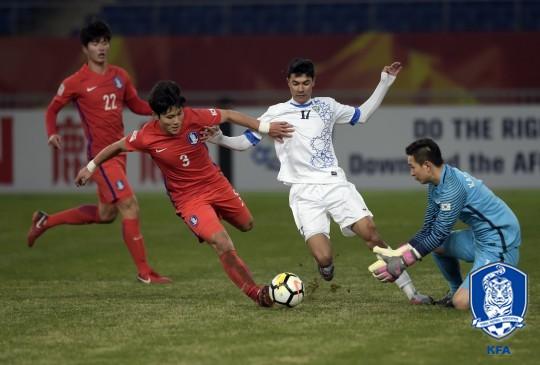 [AFC U-23] '장윤호 퇴장' 한국, 우즈벡에 1-4 충격패… 결승행 좌절