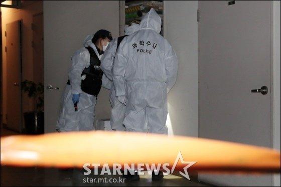 경찰이 9일 오후 서울 광진구 한 주상복합건물 지하주차장 창고에서 조사를 진행 중이다. 이날 조민기가 숨진 채 발견됐다. /사진=김창현 기자