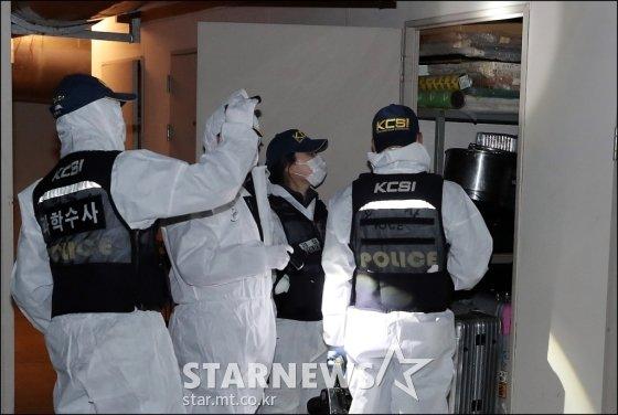 조민기가 9일 오후 4시 5분께 서울 광진구 구의동 한 오피스텔 지하에서 숨진 채 발견된 가운데 경찰 과학수사팀이 현장 감식을 하고 있다. /사진=스타뉴스
