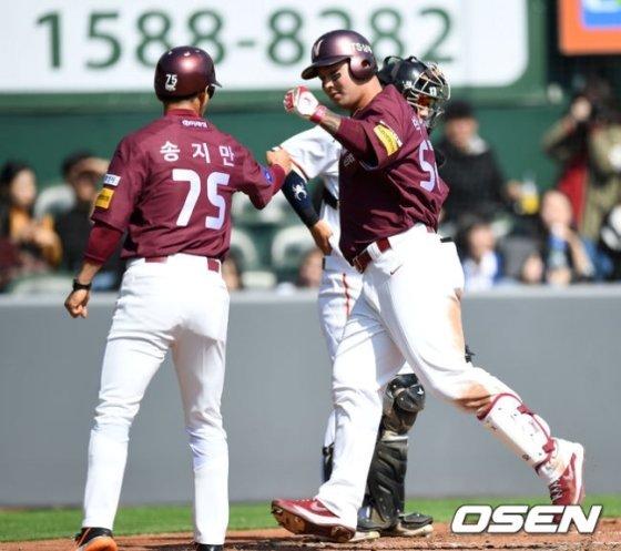 박병호가 홈런을 친 뒤 송지만 코치와 하이파이브를 하고 있다