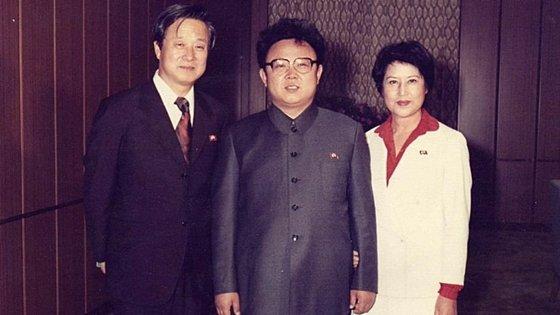 김정일 국방위원장과 함께 포즈를 취한 신상옥 감독과 최은희 / 사진=영화 \'연인과 독재자\' 스틸컷
