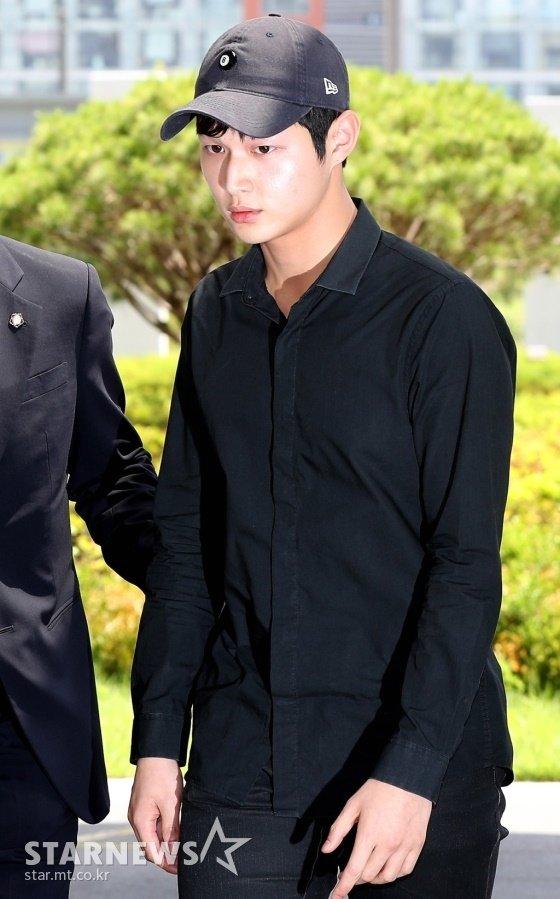 배우 이서원이 24일 오후 서울동부지검에 피의자 신분으로 출석하고 있다. /사진=홍봉진 기자