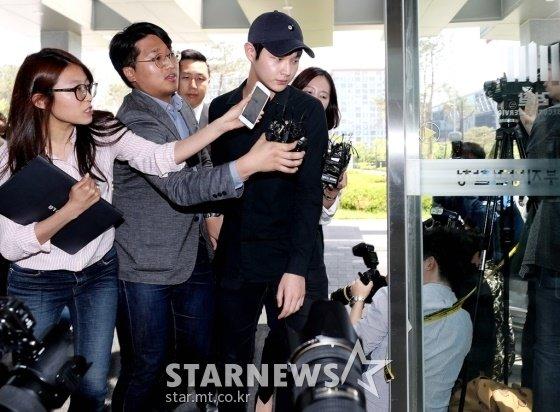배우 이서원이 24일 오후 조사를 위해 서울동부지검에 출두했다. 취재진의 질문을 피하고 있는 이서원. 사진=홍봉진 기자