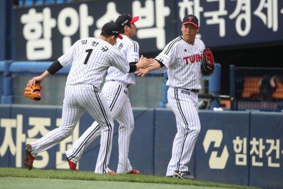 LG 임찬규와 김현수 /사진=LG 트윈스 제공
