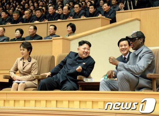 2014년 1월 북한 김정은 국방위원회 제1위원장과 데니스 로드먼이 미국 프로농구(NBA) 출신 선수들의 농구경기를 관람하는 모습/사진=뉴스1
