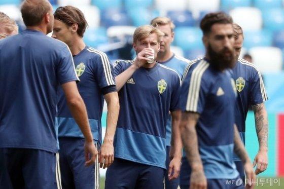 \'2018 러시아 월드컵\' F조 조별리그 한국과 스웨덴의 경기를 하루 앞둔 17일 오후(현지시간) 니즈니 노브고로드 스타디움에서 스웨덴 대표팀 에밀 포르스베리가 그라운드 적응훈련 중 물을 마시고 있다.