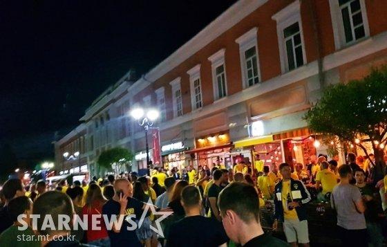 17일(현지 시각) 밤. 스웨덴 사람들로 가득 찬 니즈니노브고로드 시내. /사진=김우종 기자