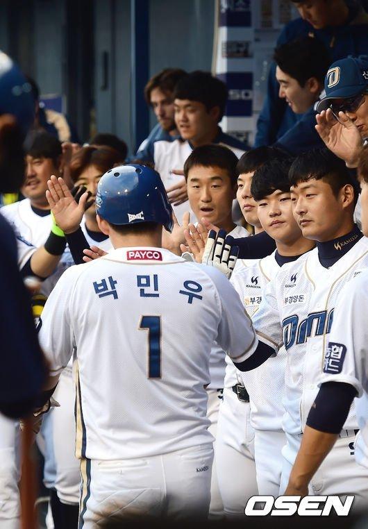 박민우의 득점을 축하하는 NC 선수들.