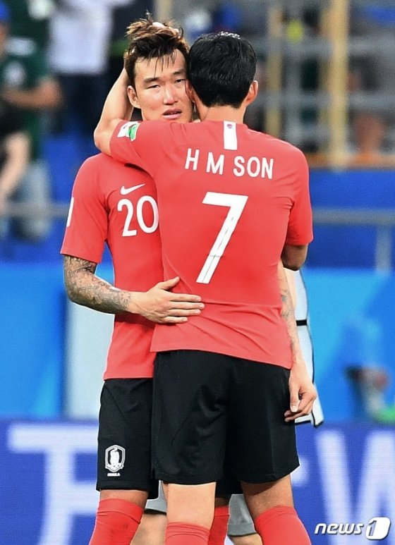 경기 후 손흥민과 포옹하고 있는 장현수(뒤) /사진=뉴스1