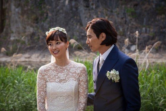 원빈(사진 왼쪽) 이나영 부부의 강원도 정선 밀밭 결혼식 / 사진제공 이든나인