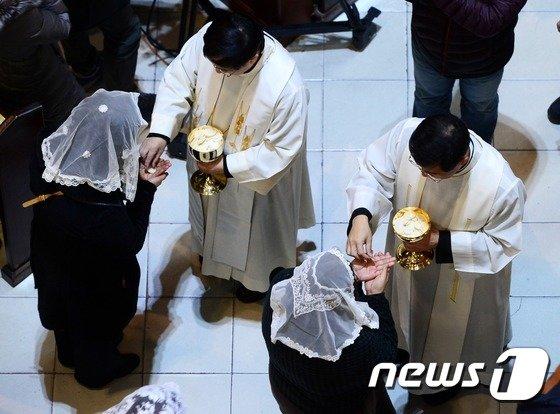 성당 미사에서 천주교 신자들이 성체성사를 하고 있다./사진=뉴스1