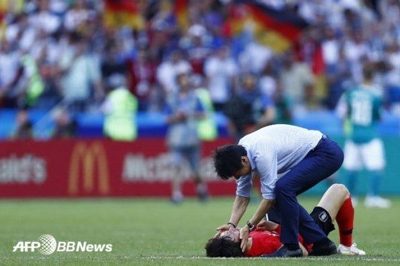 독일과 최종전을 마친 뒤 신태용 대표팀 감독이 쓰러져 있는 이재성을 위로하고 있다 /AFPBBNews=뉴스1