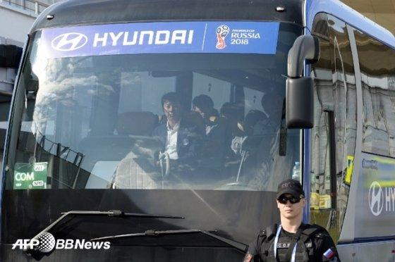 러시아 월드컵 한국 축구 대표팀 버스. 맨 앞 자리에 앉아있는 신태용 감독(왼쪽) /AFPBBNews=뉴스1