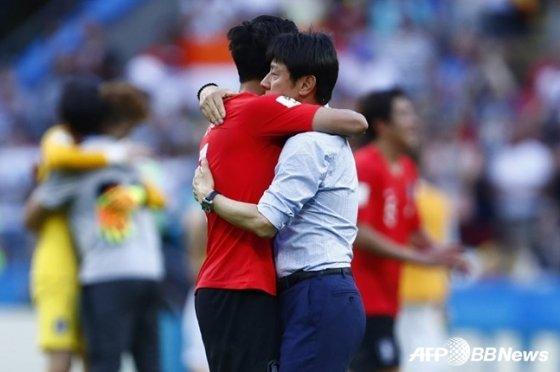 독일전 종료 후 신태용 감독과 손흥민(왼쪽)이 포옹을 하고 있다 /AFPBBNews=뉴스1