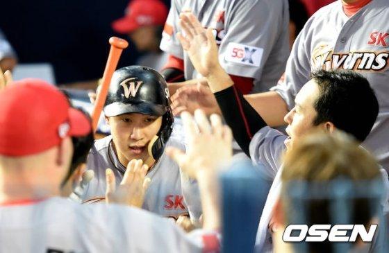 SK 김동엽이 6회초 결승 솔로 홈런을 때렸다.