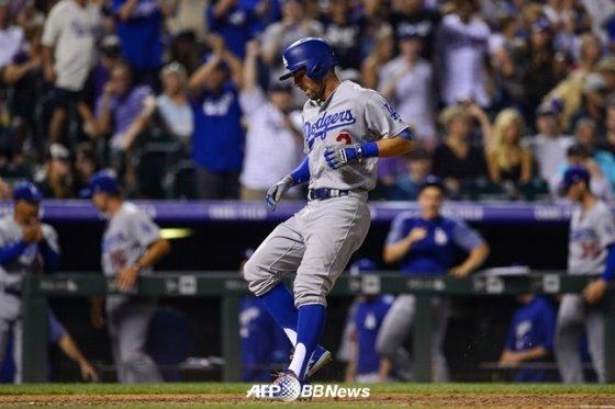 크리스 테일러가 9회초 재역전 결승 홈런을 폭발시킨 후 홈을 밟는 모습. /AFPBBNews=뉴스1