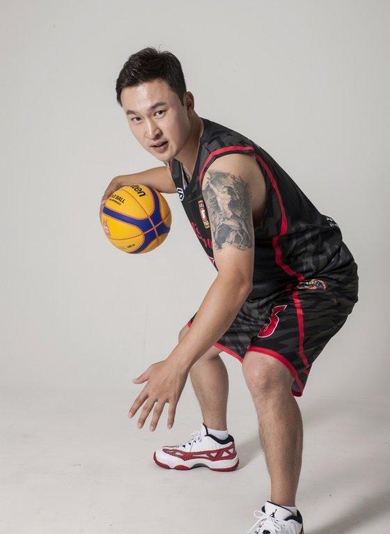 농구선수 김승현은 빠른 스피드, 현란한 드리블, 기막힌 패싱력의 3박자를 갖춘 천재였다.