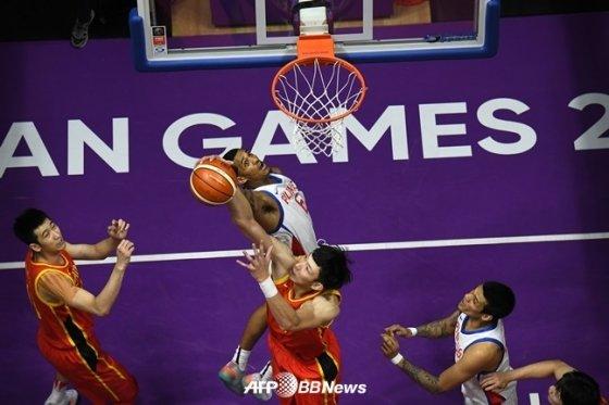 21일 필리핀-중국전에서 공을 다투고 있는 조던 클락슨과 저우치. /AFPBBNews=뉴스1