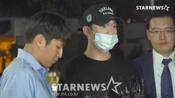 구하라 남자친구 A씨가 17일 오후 9시 조사를 받기 위해 서울강남경찰서에 출두하고 있다./사진=스타뉴스 뉴미디어유닛 이건PD