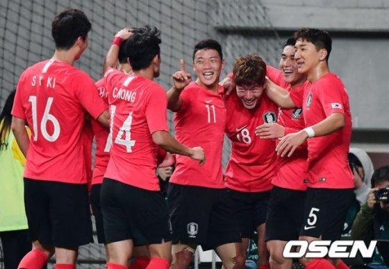황의조의 선제골로 기뻐하는 대한민국 선수들.
