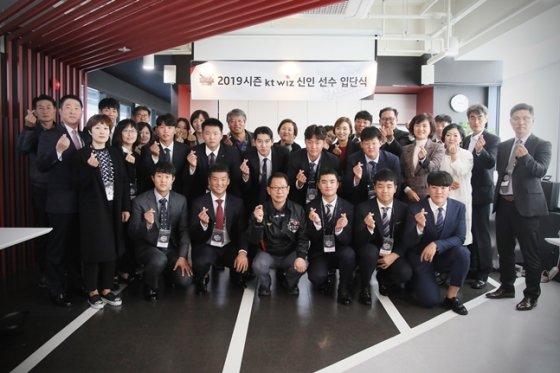 신인선수들이 가족들과 수원 KT 위즈파크를 찾아 기념사진을 촬영하고 있다./사진=KT 위즈 제공