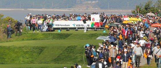 박성현조를 쫓아 다니는 수많은 갤러리가 6번 홀에서 물결을 이루고 있다./사진=KEB하나은행 챔피언십 대회본부