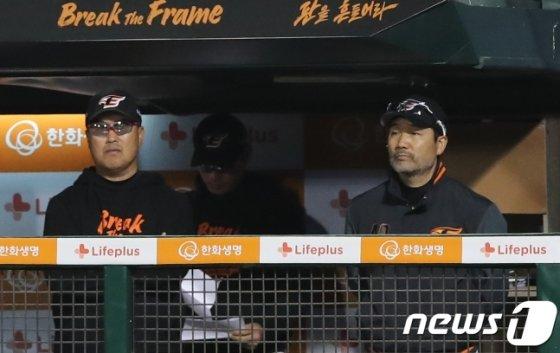 한용덕(오른쪽) 한화 감독 /사진=뉴스1