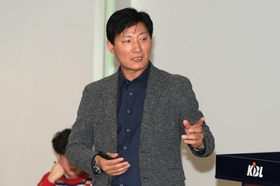 심판 판정 및 경기 규칙 설명회에 나선 홍기환 KBL 경기본부 심판부장. /사진=KBL 제공