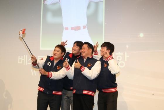 선수들과 셀카를 찍는 SK 최태원 회장(오른쪽에서 2번째) /사진=SK 와이번스 제공