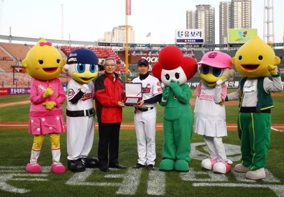롯데 손아섭(왼쪽에서 네 번째) /사진=KBO 제공