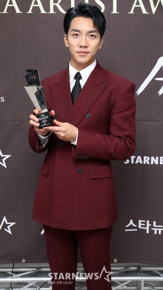 배우 이승기가 지난달 28일 오후 인천 남동체육관에서 진행된 \'2018 AAA(Asia Artist Awards)\' 시상식에서 기념촬영을 하고 있다./사진=임성균 기자