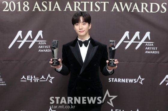 배우 이준호가 지난달 28일 오후 인천 남동체육관에서 진행된 \'2018 AAA(Asia Artist Awards)\' 시상식에서 기념촬영을 하고 있다./사진=임성균 기자