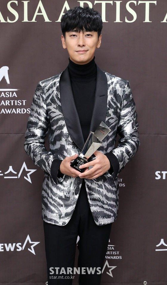 배우 주지훈이 지난달 28일 오후 인천 남동체육관에서 진행된 \'2018 AAA\'(Asia Artist Awards) 시상식에서 기념촬영을 하고 있다./사진=임성균 기자
