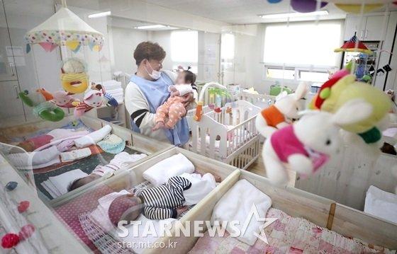 28일 서울 창천동 동방사회복지회 영아 일시 보호소에서 아이들을 돌보고 있는 윤정수 /사진=이기범 기자