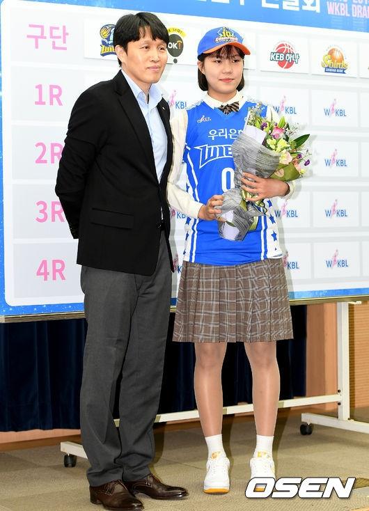 우리은행에 지명된 박지현(오른쪽)과 위성우 우리은행 감독.  /사진=OSEN