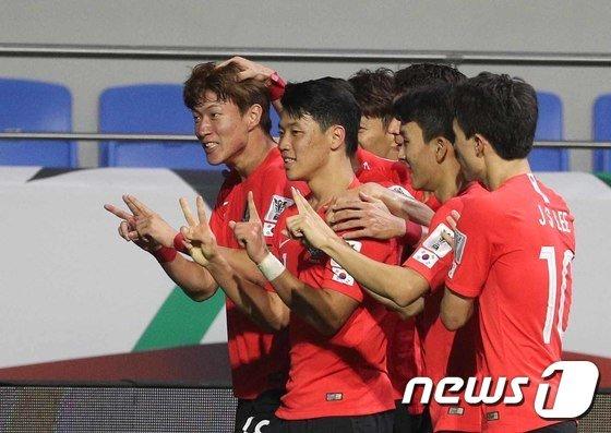 한국 대표팀의 공격수 황의조(맨 왼쪽)가 지난 7일 필리핀전에서 결승골을 터뜨린 뒤 동료들과 함께 골 세리머니를 펼치고 있다. / 사진=뉴스1