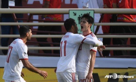 득점을 올린 이란 아즈문(오른쪽) /AFPBBNews=뉴스1