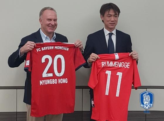 칼 하인츠 루메니게 바이에른 뮌헨 회장(왼쪽)과 홍명보 전무이사. /사진=대한축구협회 제공