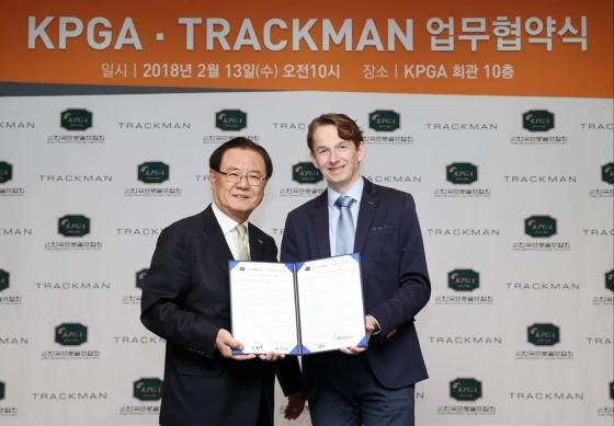 양휘부 회장(왼쪽)과 프라우앤롭 부사장. /사진=KPGA
