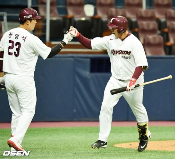 결승 홈런 이후 홈을 밟고 있는 김수환(오른쪽).