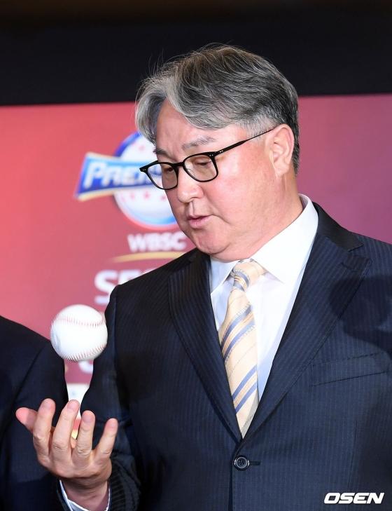 대회 공인구를 만져보고 있는 김경문 감독.