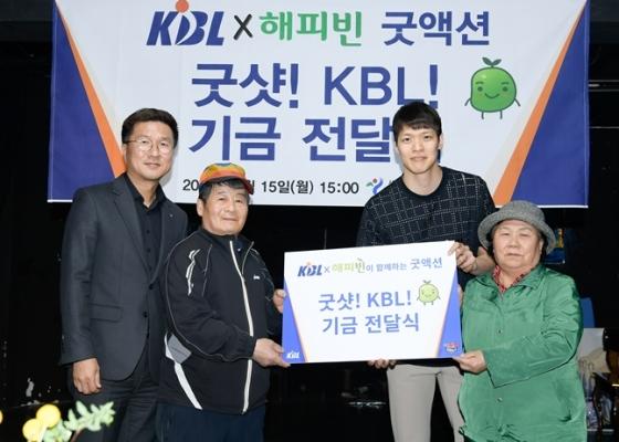 최성수 KBL 사무총장(왼쪽)과 SK 김선형(오른쪽에서 2번째). /사진=KBL 제공