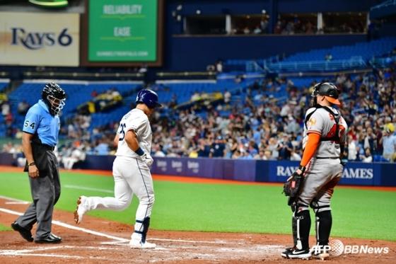 홈런 이후 홈을 밟고 있는 최지만(왼쪽에서 2번째). /AFPBBNews=뉴스1