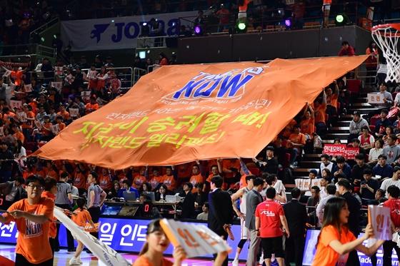 인천 전자랜드 팬들의 응원. / 사진=KBL 제공