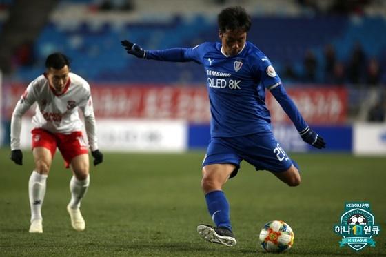 수원 삼성의 염기훈(오른쪽). / 사진=한국프로축구연맹 제공